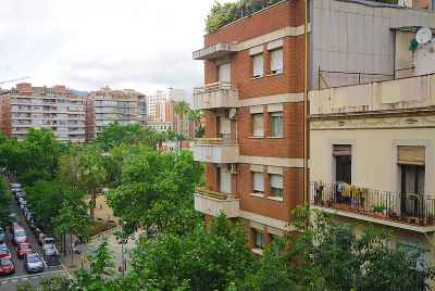 New apartments in a residential area of Barcelona, with finished trim and parking